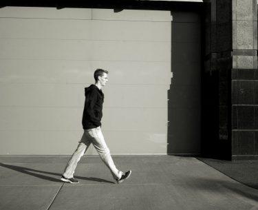 Το στυλ περπατήματος μπορεί να δείχνει επιθετική προσωπικότητα